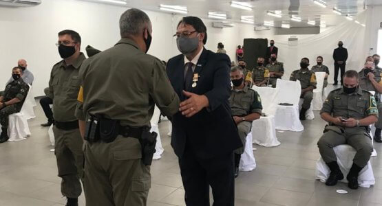 Sr. Arildo Bennech Oliveira recebe a Medalha do Mérito do Policiamento Rodoviário da Brigada Militar 1